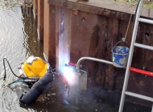 Onderwater constructie werkzaamheden van B&L duikbedrijf is een damwand aan het lassen